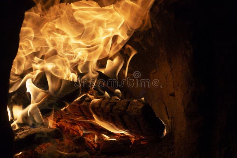 пожар детали предпосылки черный пылает хорошая вертикаль highlights мягко стоковое изображение