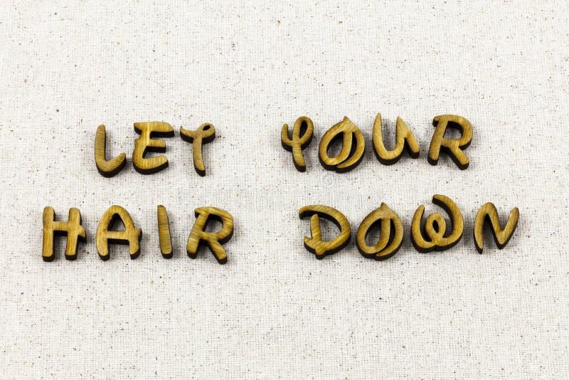 Позволенные волосы вниз ослабляют потеху для того чтобы насладиться типом letterpress наслаждения стоковая фотография rf
