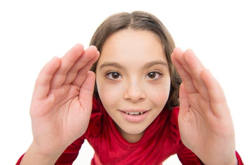Позвольте мне посмотреть более близко Волосы девушки ребенк длинные здоровые сияющие на белой изолированной предпосылке Маленькая стоковая фотография