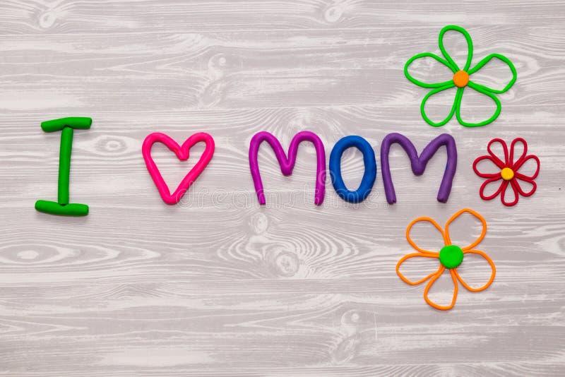 Поздравительная открытка дня матерей с шаблоном текста пластилина Настоящий момент ремесла детей потехи handmade для мамы Для пла стоковая фотография