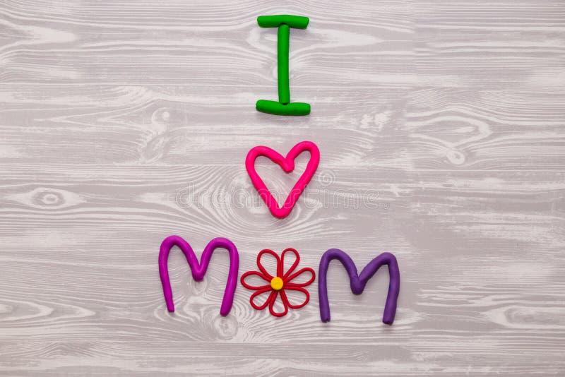 Поздравительная открытка дня матерей с шаблоном текста пластилина Настоящий момент ремесла детей потехи handmade для мамы Для пла стоковая фотография rf