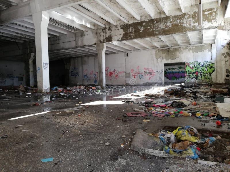Покинутый промышленный интерьер фабрики стоковые изображения