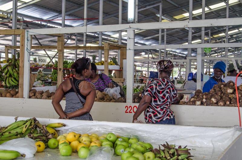 Покупатели на крытом рынке, Тобаго стоковая фотография rf
