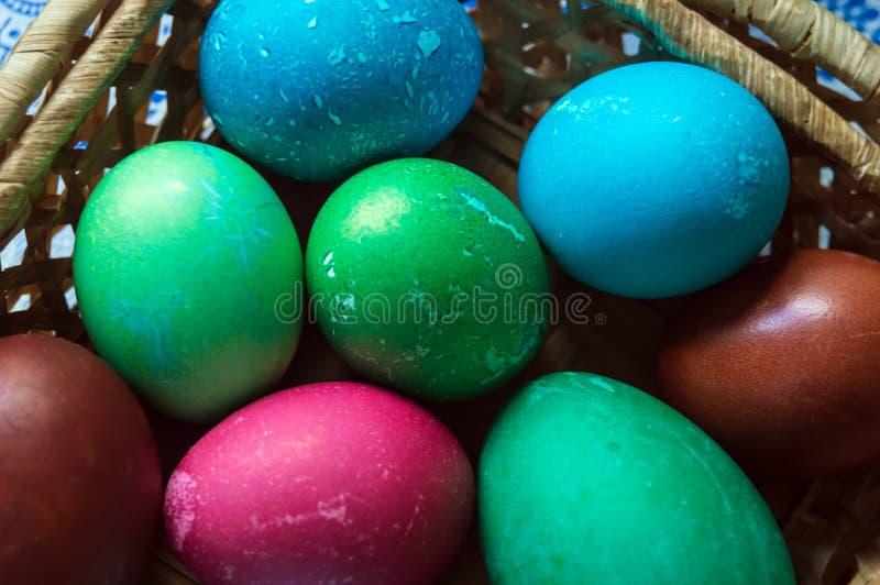 покрашенные пасхальные яйца пестроткано Серии яя цыпленка и одного яйца гусыни стоковая фотография rf