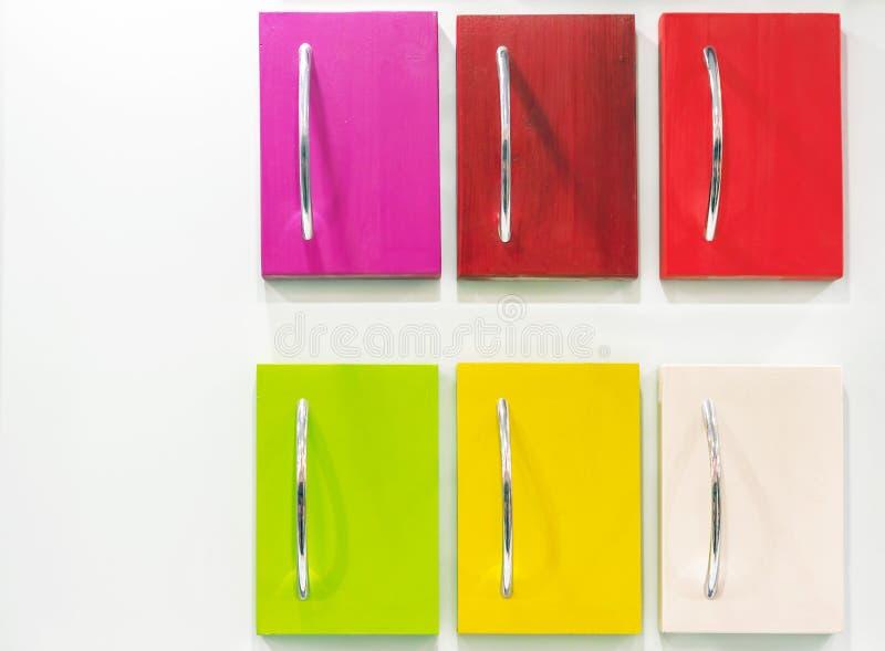 Покрашенные ящики с ручками металла на белой предпосылке стоковые фото