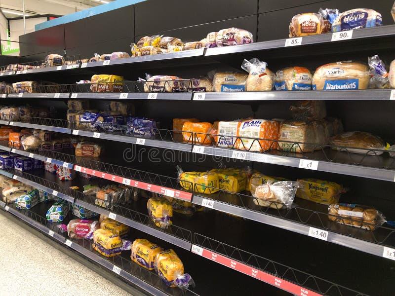 Полки хлеба в супермаркете половина пустая стоковое изображение rf