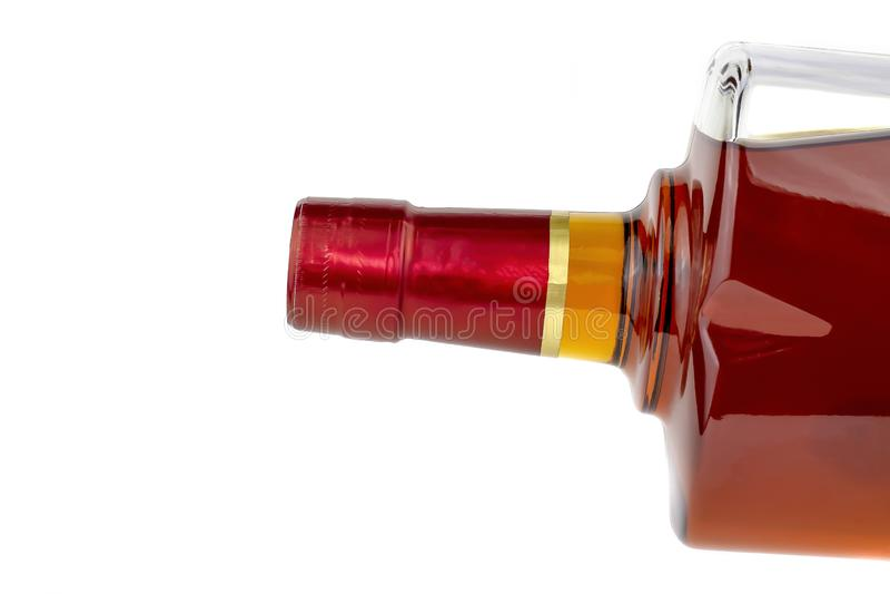 Полная бутылка вискиа, коньяка изолирована на белой предпосылке стоковая фотография