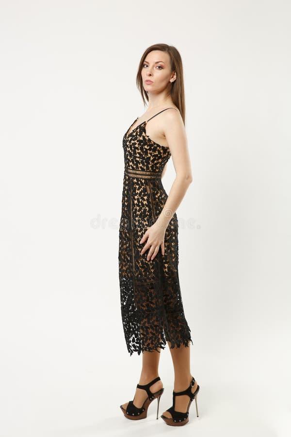 Полнометражная женщина фотомодели фото нося элегантный представлять мантии черноты выравниваясь платья изолированный на белой пре стоковая фотография rf