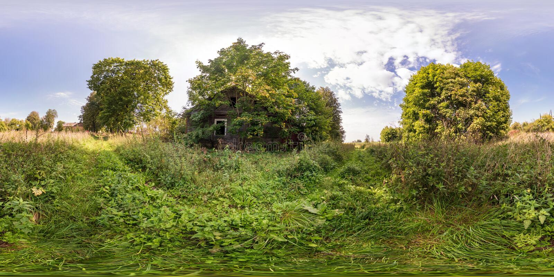 Полностью безшовная сферически панорама 360 взглядом угла 180 около получившегося отказ деревянного дома в equirectangular проекц стоковые изображения rf