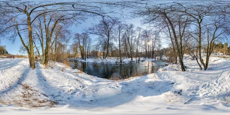 Полностью безшовная сферически панорама 360 180 градусами взгляда угла около узкого быстрого реки в вечере зимы солнечном внутри стоковые фото