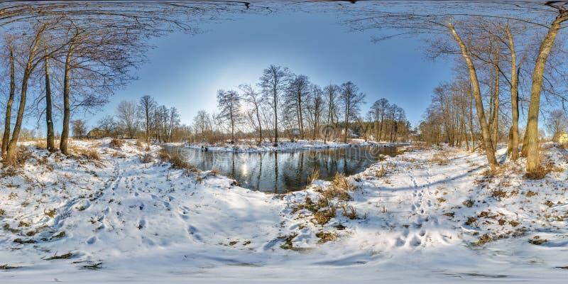 Полностью безшовная сферически панорама 360 180 градусами взгляда угла около узкого быстрого реки в вечере зимы солнечном внутри стоковая фотография rf