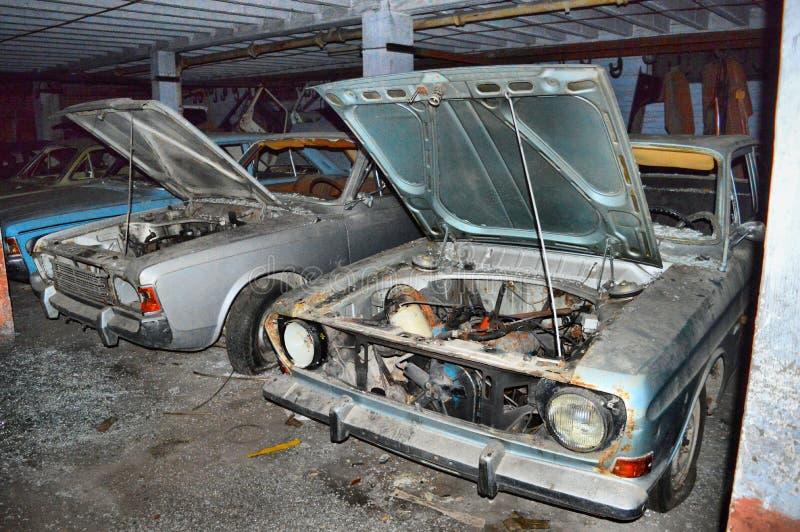 Получившиеся отказ автомобили с клобуком открытым стоковое фото