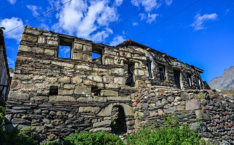 Получившийся отказ каменный дом в сельской местности стоковое фото