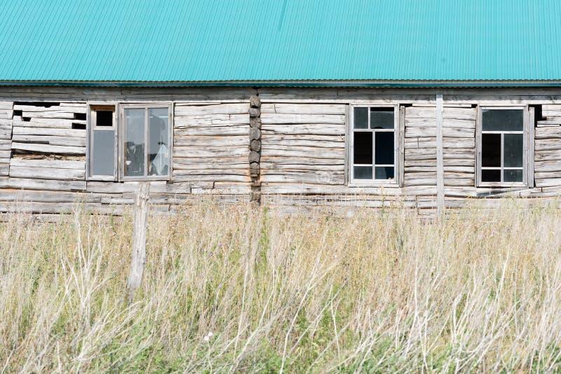 Получившийся отказ деревянный дом со сломленным Windows стоковые изображения