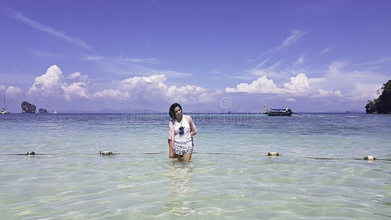 Положение женщины портрета азиатское в море ясных небес на krabi в Таиланде стоковые фотографии rf