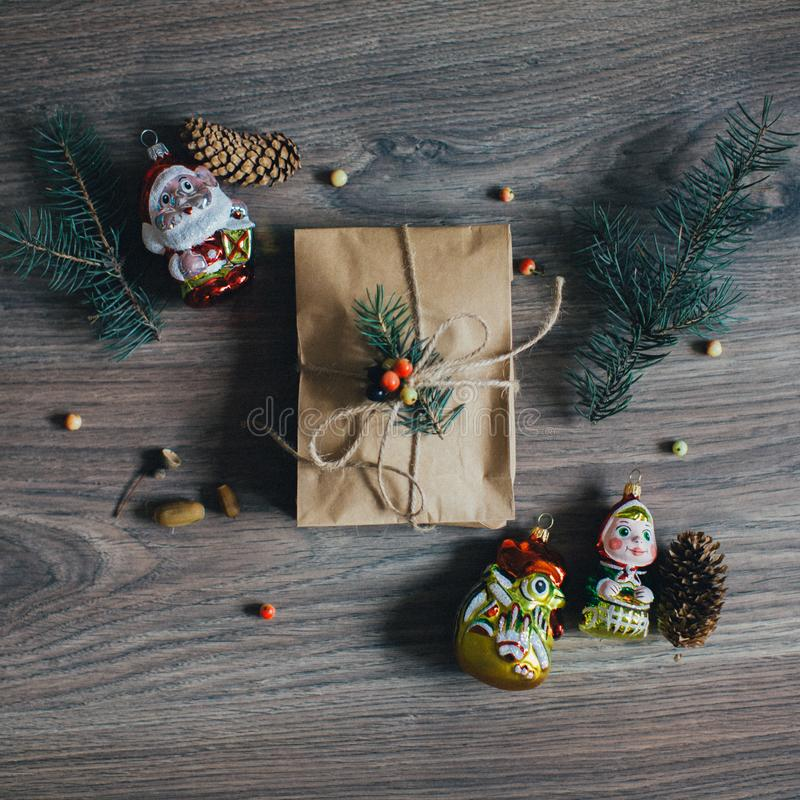 Положите вне состав рождества сделанный из упакованного подарка стоковое изображение