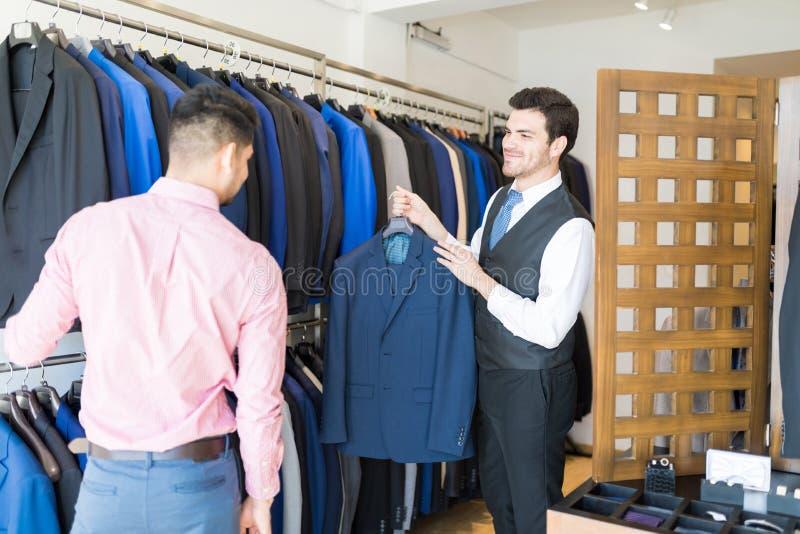 Помогающ клиенту в покупке Formals стоковая фотография rf