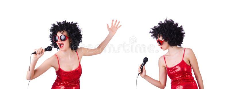 Поп-звезда с mic в красном платье на белизне стоковое изображение