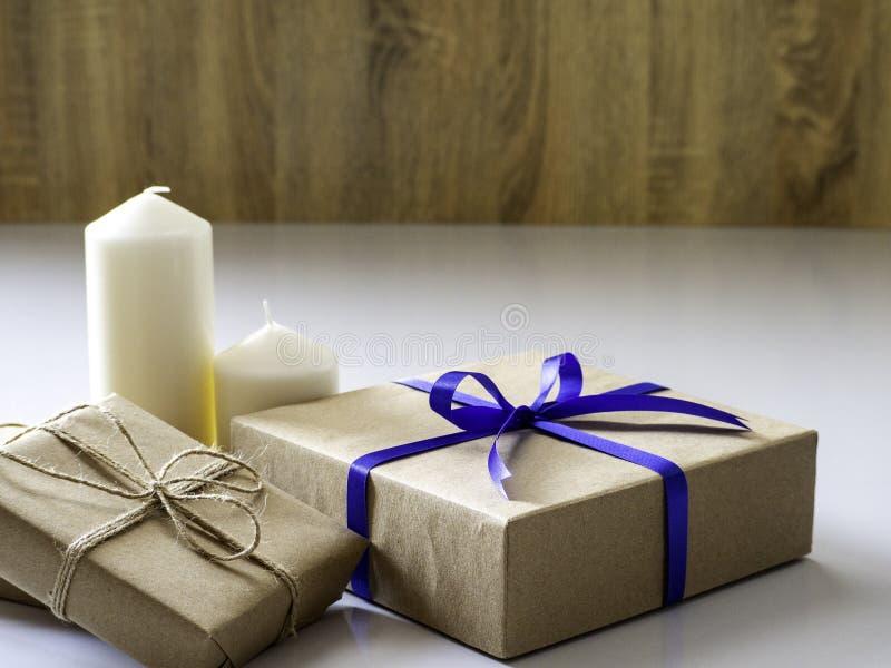 Подарочная коробка Нового Года сделанная ленты связанной с голубой лентой стоковые изображения rf