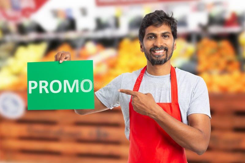Подарочная обертка работника гипермаркета с текстом promo стоковое изображение