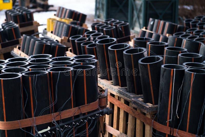 Подготовка большого шоу фейерверка с трубками с порохом и электрическим проводом стоковые изображения