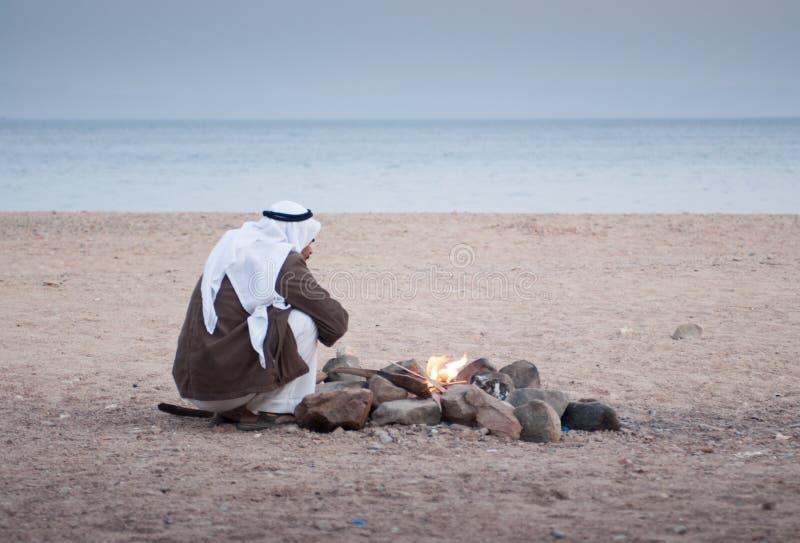 Подлинный бедуин на Красном Море сидит шестком стоковое фото rf