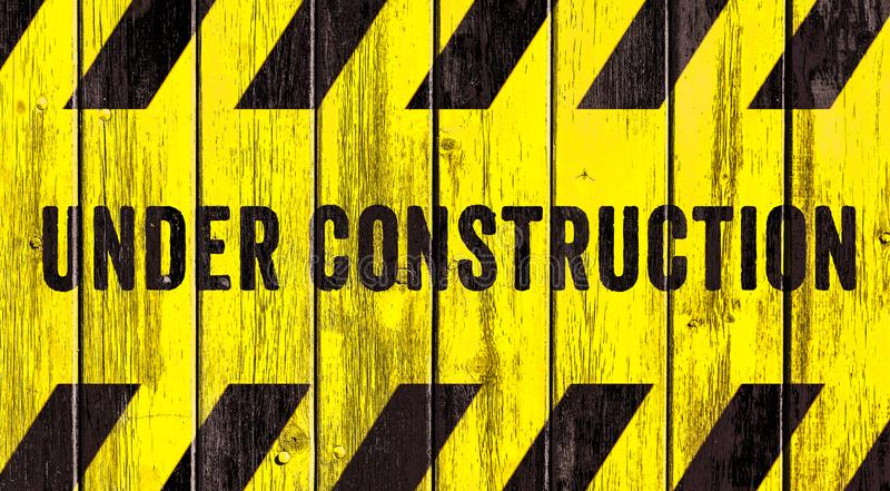 Под нашивками текста предупредительного знака конструкции желтыми черными покрашенными на предпосылке панорамы деревянной текстур бесплатная иллюстрация