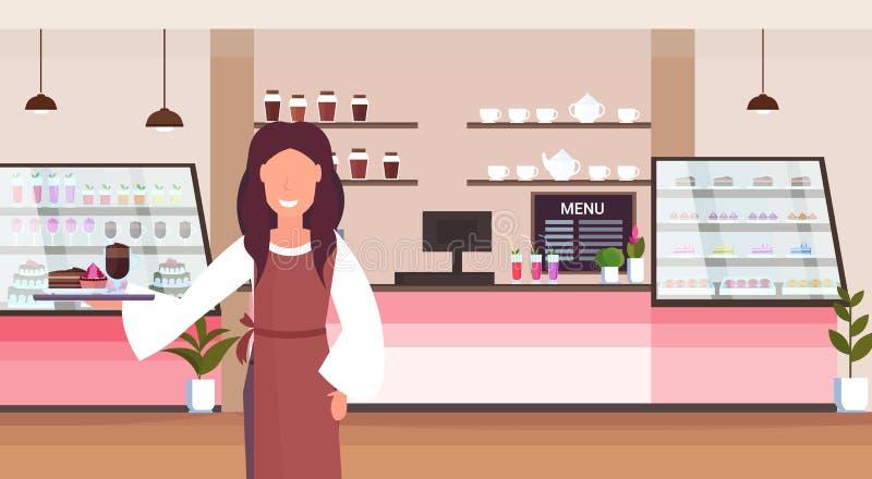 Поднос удерживания официантки с положением женщины клиентов работника магазина торта и капучино служа усмехаясь современным иллюстрация штока