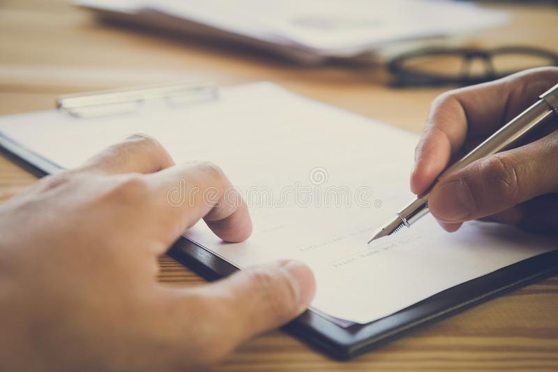 подписание человека подряда дела Имеет знак дела лично, директор компании, поверенный Удерживание агента недвижимости стоковое изображение