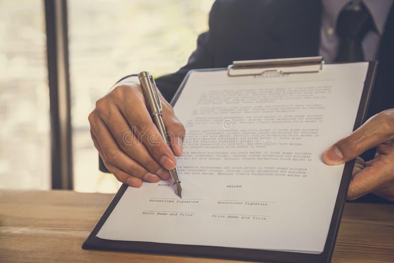 подписание человека подряда дела Имеет знак дела лично, директор компании, поверенный Удерживание агента недвижимости стоковые изображения