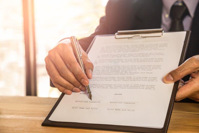 подписание человека подряда дела Имеет знак дела лично, директор компании, поверенный Удерживание агента недвижимости стоковые фотографии rf