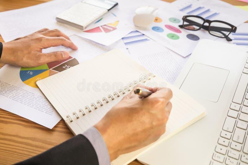 подписание человека подряда дела Имеет знак дела лично, директор компании, поверенный Удерживание агента недвижимости стоковые фото