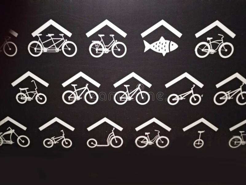 Подпишите внутри черную предпосылку с белыми чертежами стилизованное символическое представление Голландии свежие рыбы и велосипе стоковое фото rf