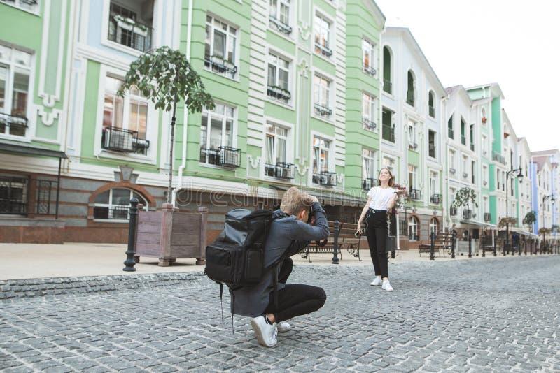 подпорки Работа фотографа и модель на улицах городка стоковое фото rf