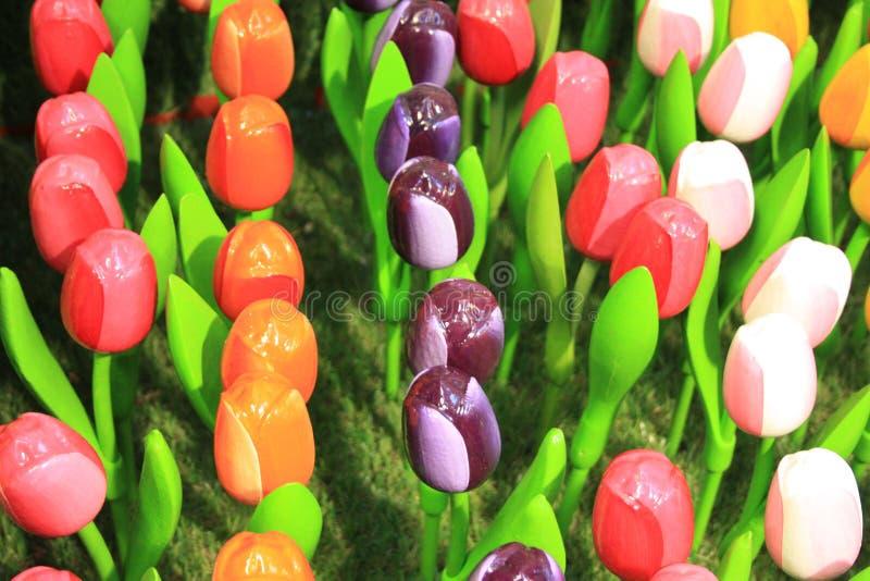 Поддельные тюльпаны в пластиковом или керамическом, символ Голландии сувениры цветков для туристов в Амстердаме стоковая фотография