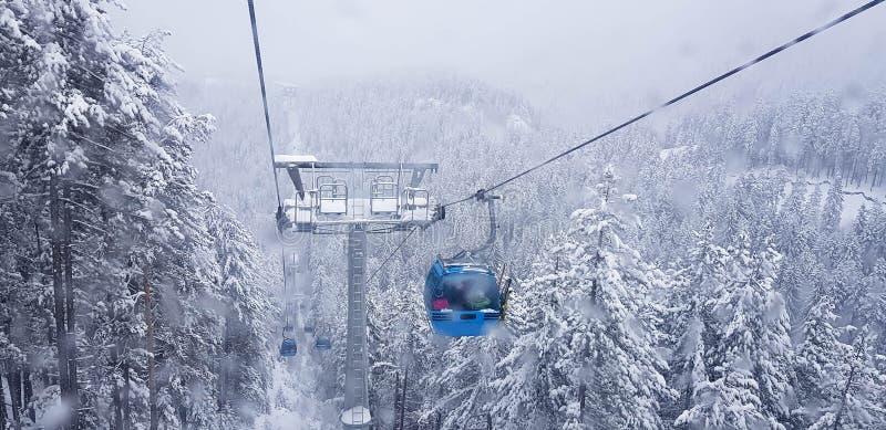 Подъем гондолы на лыжный курорт в зиме Горы Pirin стоковая фотография