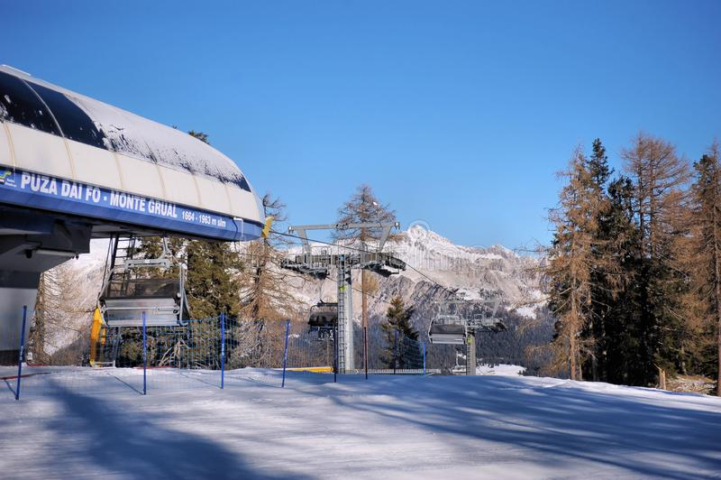 Подъем лыжи на предпосылку доломитов стоковые фотографии rf