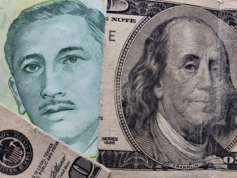 подход к сингапурской банкноте 5 долларов и сломленной американской банкноте 100 долларов стоковые фото