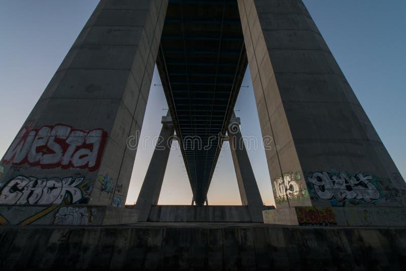Под Vasco de Gama Мостом в Лиссабоне Ponte Vasco de Gama, Лиссабон, Португалия стоковые изображения rf