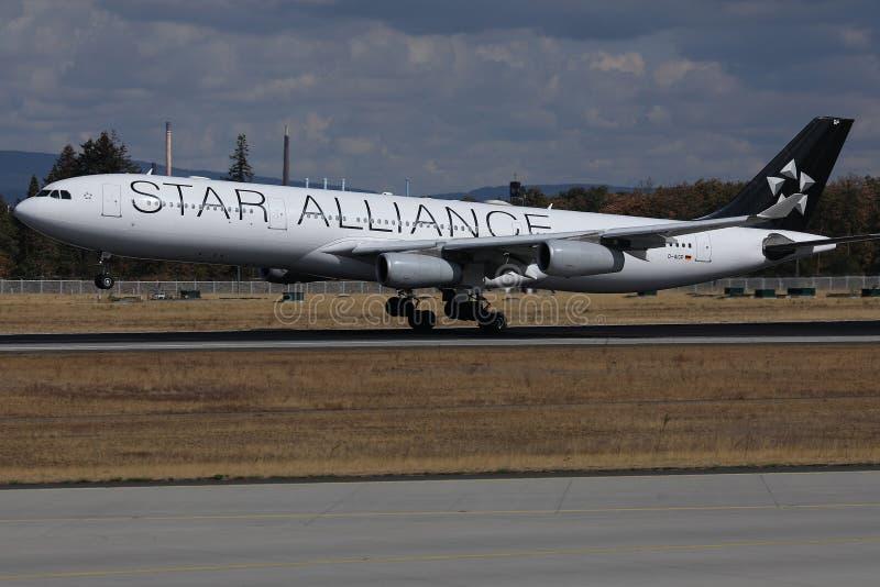 Посадка двигателя Austrian Airlines союзничества звезды на аэропорте Мюнхена, MUC стоковые фотографии rf