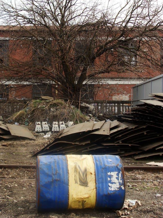 Последний баррель нефти в получившейся отказ станции в Белграде стоковое фото rf