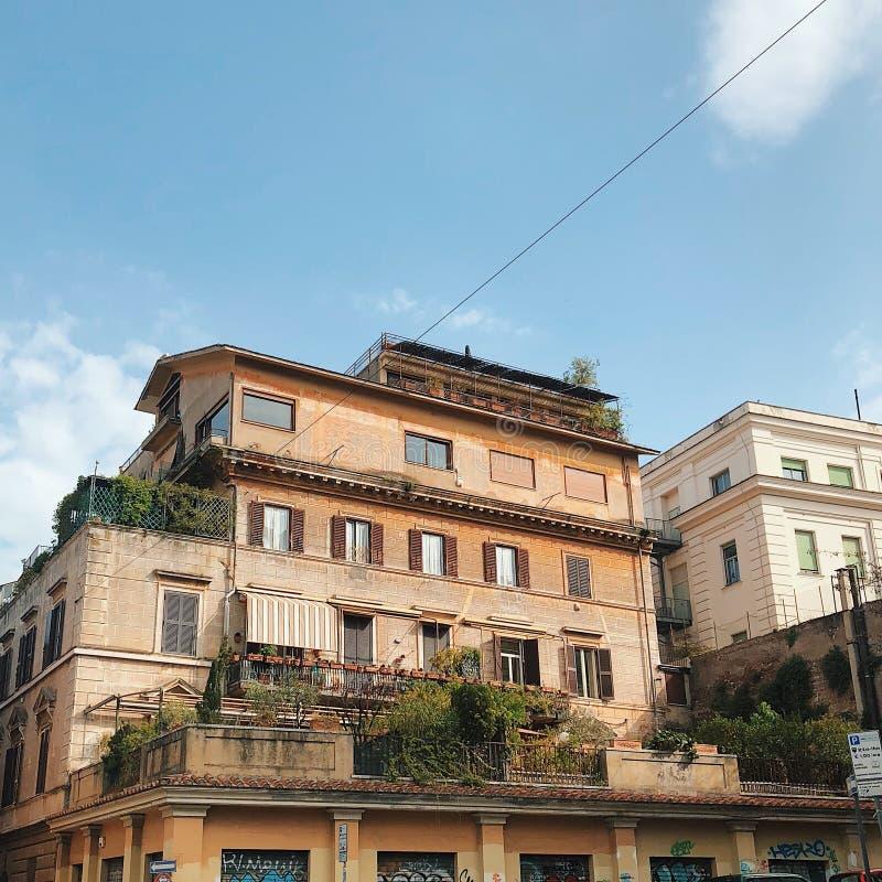 Посмотрите снизу на крышах Рима стоковые изображения rf