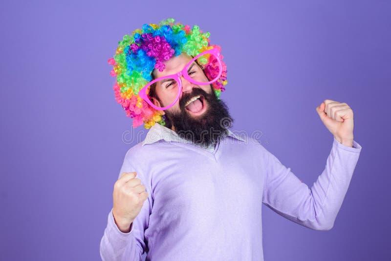 потеха отца ребенка имея играть совместно Потеха праздника и концепция масленицы Парик бородатой носки человека красочный и смешн стоковое изображение
