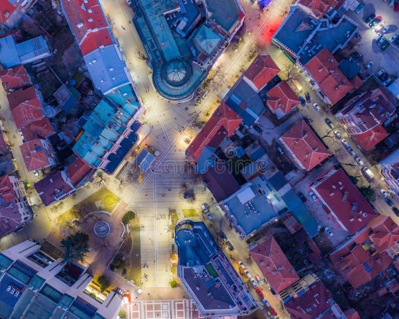Потрясающий вид сверху в съемке спуска города вечером - верхней стоковые фотографии rf