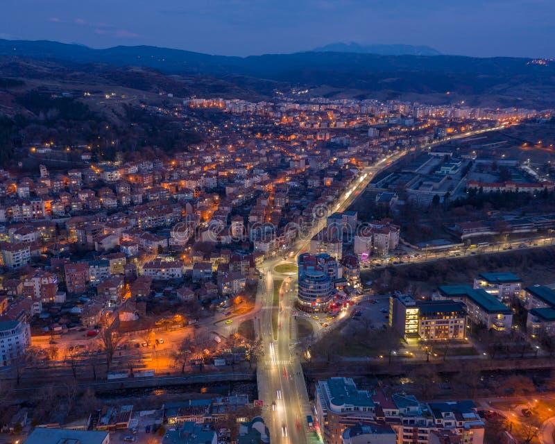 Потрясающий вид сверху в съемке спуска города вечером - верхней стоковое изображение