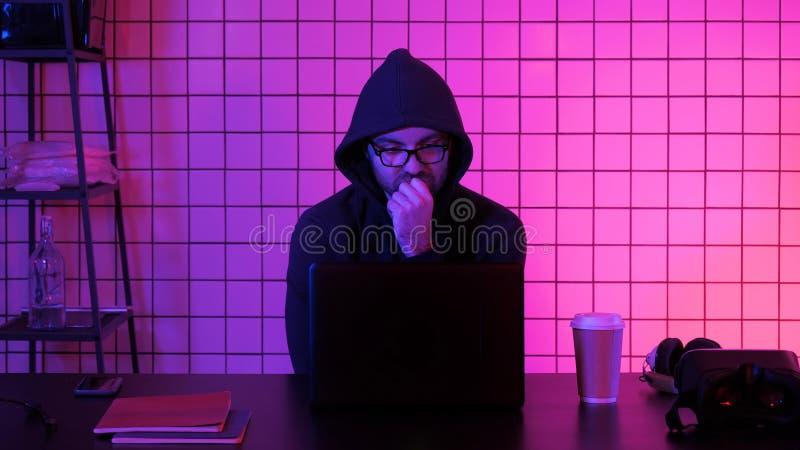 Поток Gamer или ленты наблюдая на ноутбуке стоковое фото