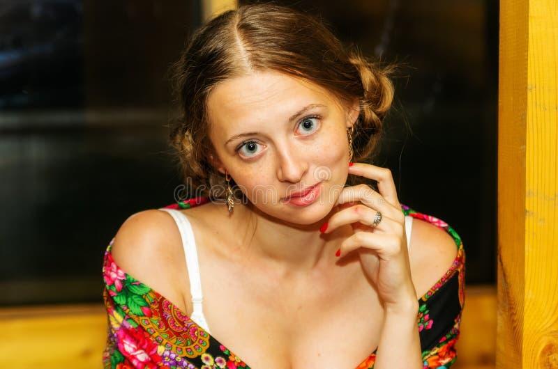 Портрет белокурой усмехаясь девушки стоковые изображения rf
