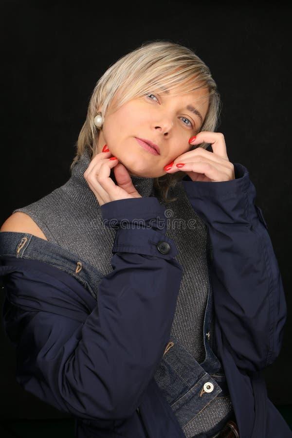 Портрет блондинкы со стрижкой в студии на темной предпосылке, красивая роскошно одетая современная женщина 40+ стоковые изображения rf