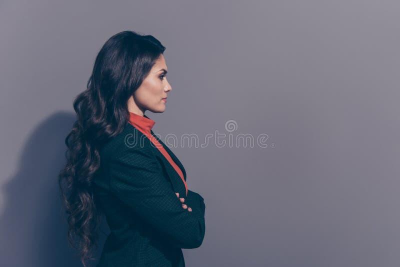 Портрет взгляда со стороны профиля ее она славное attractiveadorable идет стоковое изображение