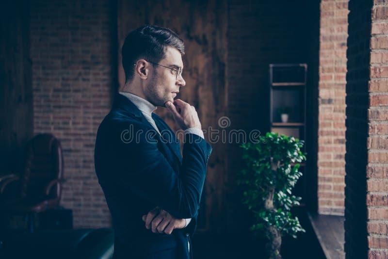 Портрет взгляда со стороны профиля славного красивого стильного юриста консультанта руководителя специалисту по акулы eyewear eye стоковая фотография